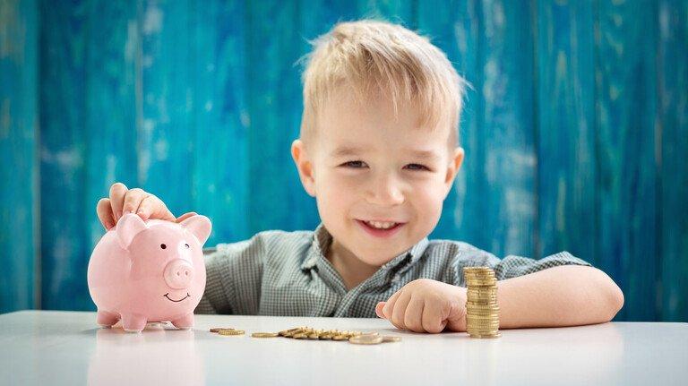 Schon durchgezählt: Wenn Eltern oder Großeltern dem Nachwuchs etwas Gutes tun wollen, gibt es neben dem Sparschwein auch andere Sparformen, wie etwa das Sparbuch.