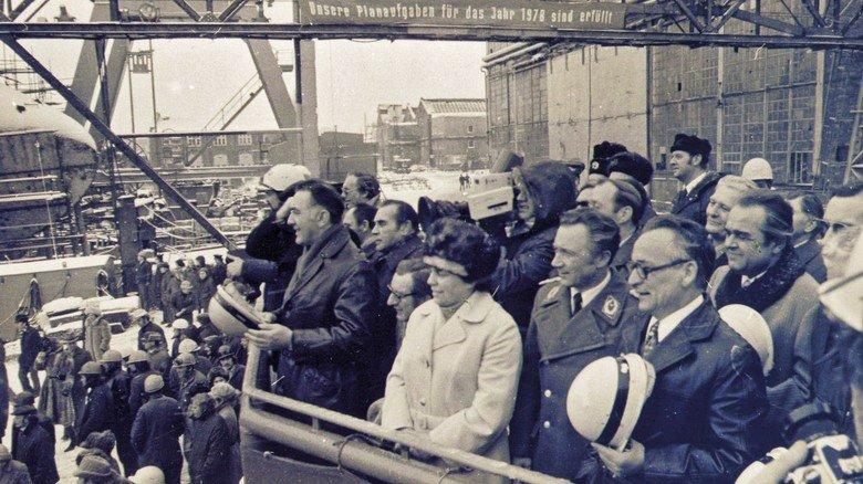 Heldenvisite: Der erste Deutsche im All, Kosmonaut Sigmund Jähn (Mitte, in Uniform), besuchte nach seinem Weltraumflug 1978 auf einer Rundreise durch die DDR auch die Neptun Werft in Rostock.