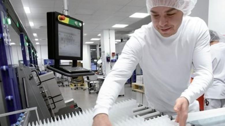 Produktion im alten Werk: Massenhaft sterile Injektionslösung. Foto: Sturm