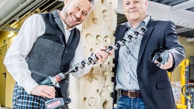 Macht Löcher wie im Schweizer Käse: Die Firmenchefs Ralf Hunke (links) und Thomas Pomp mit einem Spezialbohrer. Foto: Roth