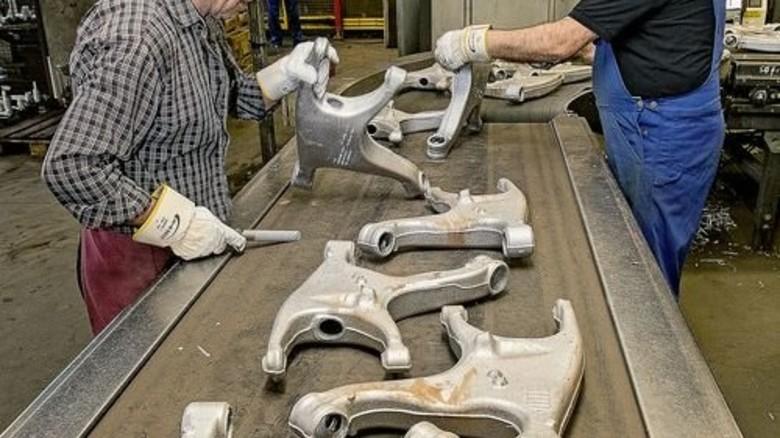 Feinschliff: Alu-Bauteile werden nachbearbeitet. Foto: Mierendorf