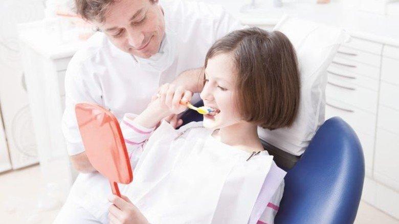 Kind beim Zahnarzt: Die Krankenkassen bezahlen die Vorsorgeuntersuchung. Foto: Mauritius