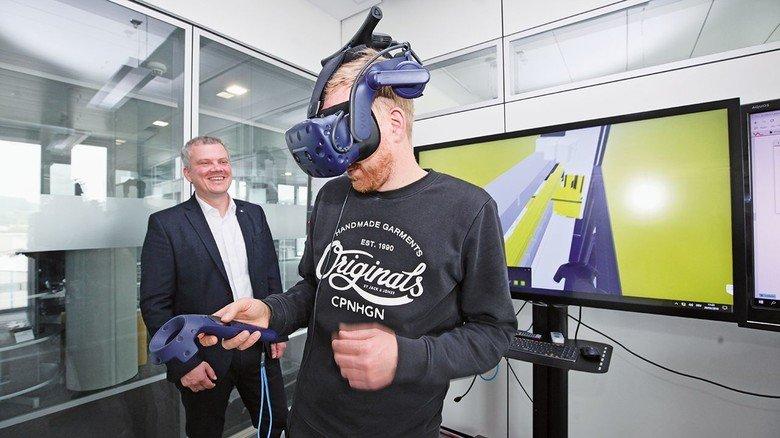 """Durchblick per Datenbrille: Celofiga (links) und Michael Weiher zeigen, wie man den """"digitalen Zwilling"""" einer Presse herbeizaubern kann."""