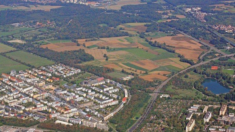 Weites Feld: Wo jetzt noch Acker ist, soll in Freiburg ein ganz neuer Stadtteil für 15.000 Menschen entstehen. Doch das Projekt ist umstritten.