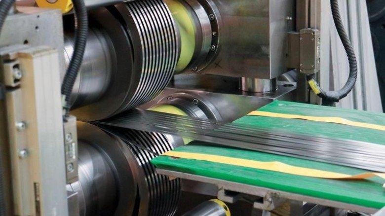 Messerscharf: Dünner Stahl wird schmal geschnitten – 600 Meter pro Minute. Foto: Higo