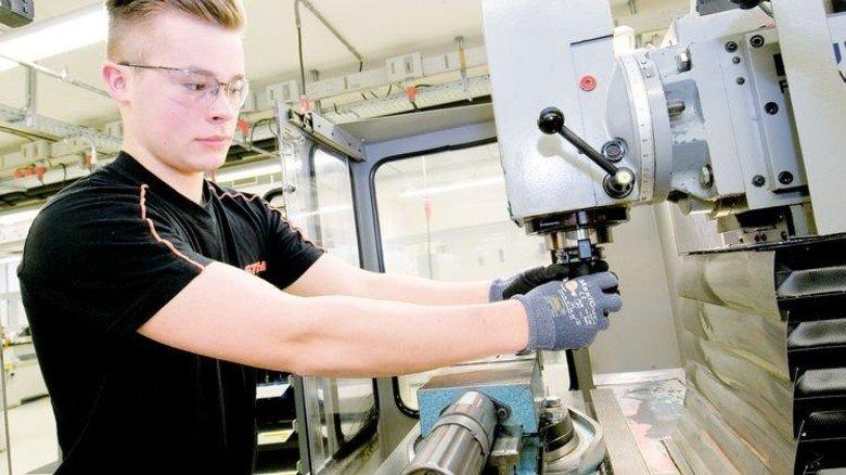 Einspannen des Fräsers: Auch hier ist Schutz der Hände Pflicht, wie Moritz Weber zeigt. Foto: Mierendorf