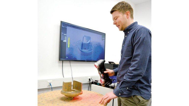 Per Knopfdruck digital erfasst: Tim Düding vermisst  beim Traditionsbetrieb Herboner Pumpen mit einem 3-D-Scanner alte Laufräder für Pumpen.