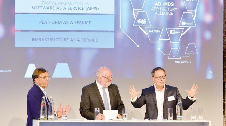 Im Businesstalk, von links: Wolf Matthias Mang (Vorstandsvorsitzender von Hessenmetall),  Moderator Werner D'Inka (Frankfurter Allgemeine Zeitung) und Jürgen Krämer (Software AG, Darmstadt)  beim Hessenforum 2019 in der Klassikstadt Frankfurt.