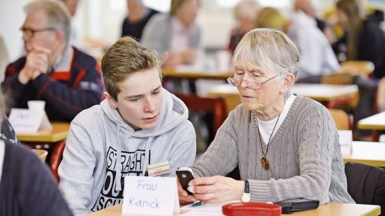 Faszination Technik: Hanno (16) mit einer Teilnehmerin. Foto: Augustin