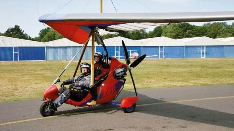 Starkes Team: Oltmanns (vorn) mit seiner Frau im Ultraleichtflieger. Foto: Privat