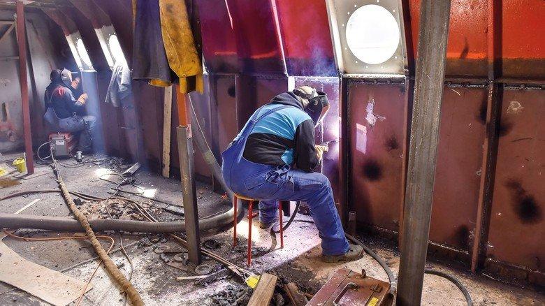 Anspruchsvoll: Die Arbeit der Schweißer ist eine echte Herausforderung. Das Schiff soll sich durch die Reparaturarbeiten optisch nicht verändern.