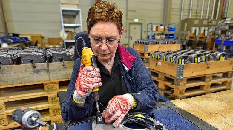 Montage: Produktionsmitarbeiterin Jutta Steffen baut Elemente des Raketenbrenners zusammen.