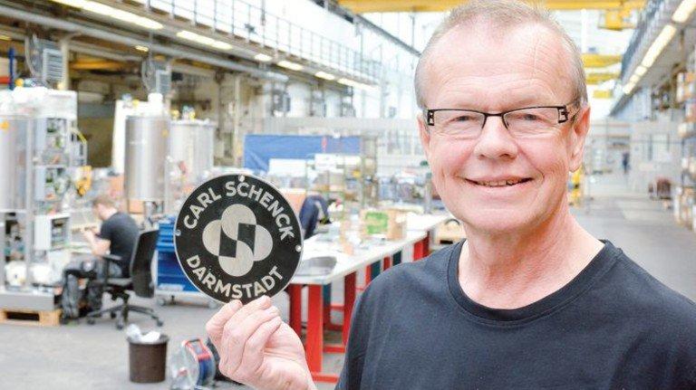 Stolz auf ein seltenes Berufsjubiläum: Josef Haschke mit seinem CSD-Schild. Foto: Scheffler