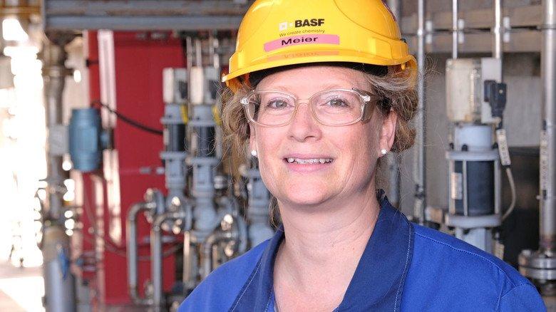 Mit Helm und Blaumann ist Nicole Meier oft in der Gerianolfabrik unterwegs, die sie leitet.