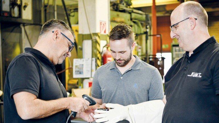 Haben intelligenten Handschuh entwickelt: Firmenchef Andreas Schön, Matthias Ziegler und Markus Lyncker (von links).