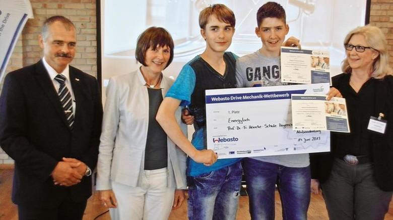 """Siegerehrung: Das Schülerteam """"Energyloch"""" aus Hagenow erhielt von Webasto-Geschäftsführer Andreas Dikow (links) Urkunden und einen Scheck über 200 Euro. Foto: Schwandt"""