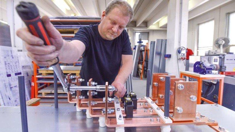 Heavy Metal: Marco Schulz arbeitet an Kupferleitern für einen Schaltschrank. Foto: Christian Augustin