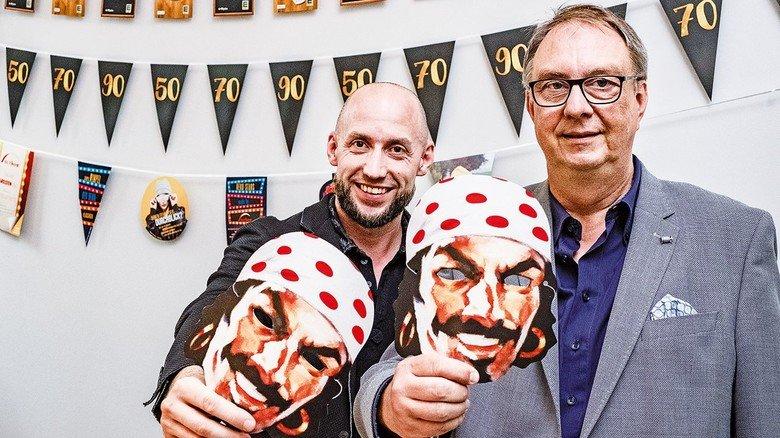 Auch Masken gehören zum Produktprogramm: Die Cousins Kevin Suthor und Ralf Stobbe (von links) führen das Familienunternehmen.