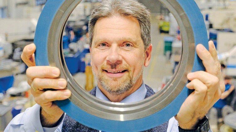 Verzeichnet dickes Auftragsplus: Geschäftsführer Rüdiger Uhlitz mit einem Auswerferring, der das zu schneidende Material abstützt.