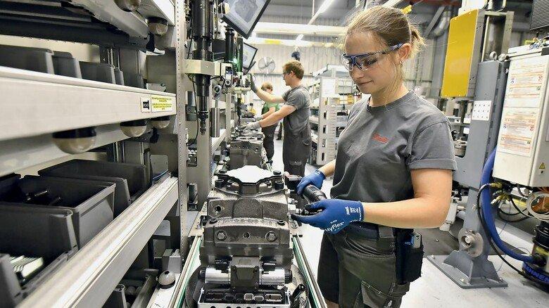 Bedienerfreundlich: An den Montagelinien werden die Mitarbeiter Schritt für Schritt durch den Prozess geführt.