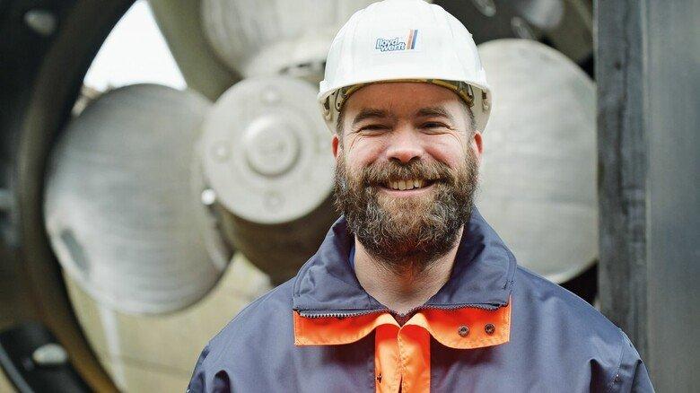 Projektleiter: Jochen Mehrtens vor den Propellern, die von Motoren mit insgesamt 20.000 PS angetrieben werden.