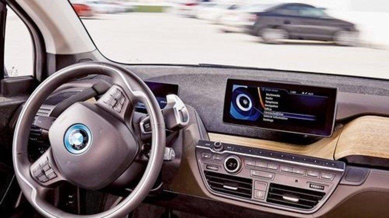 Ab in die Lücke: Dieser BMW fährt von selbst auf seinen Stellplatz. Foto: Werk