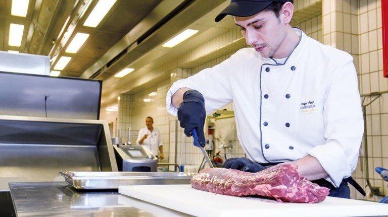 Vielseitig: Liebherr-Koch Edgar Root bereitet Fleisch vor. Foto: Wilhelm Mierendorf