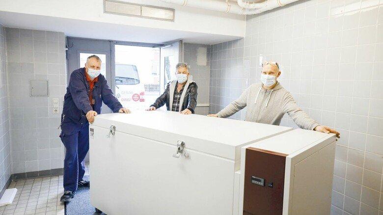 Das Impfen kann beginnen: Lauda liefert dem Krankenhaus eine Ultratiefkühltruhe.