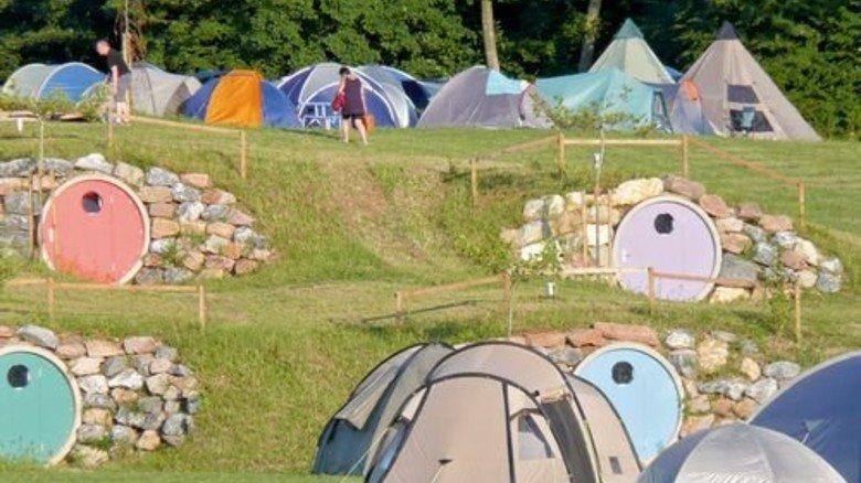 """Wohnhöhlen: Fast wie im Auenland beim Fantasy-Epos """"Herr der Ringe"""". Foto: Camping Orsingen"""
