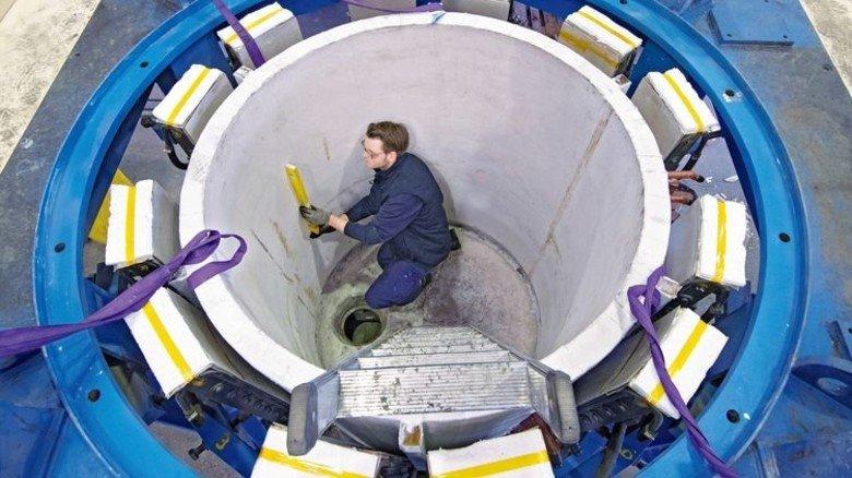 Riesiger Rundling: Stefan Titz beim Ausbessern einer Induktionsanlage. Foto: Moll