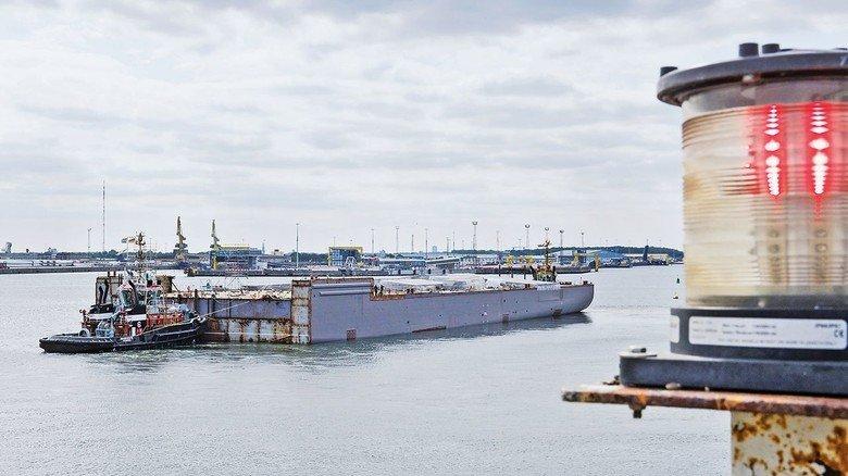 Abreise: Schwimmfähig gelangen die Module mithilfe von zwei Schleppern nach Papenburg oder ins finnische Turku.