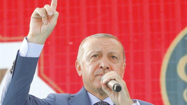 Droht gern mit erhobenem Zeigefinger: Der türkische Staatspräsident. Foto: dpa
