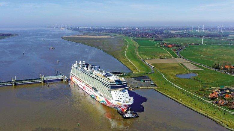 Geschafft: Das Schiff musste bei seiner Überführung auf der Ems auch das Sperrwerk in Gandersum passieren. Foto: Werk