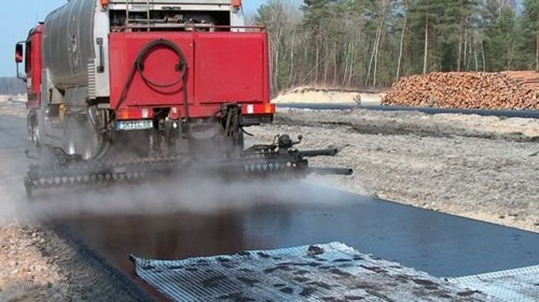 Spezialmaschine im Einsatz: Das Aufsprühen von Bitumen-Emulsion verhindert auf Jahre  hinaus neue Schäden. Foto: Werk