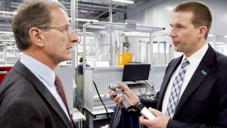 Stolz: Produktionsvorstand Joachim Schulz (links) und Werkleiter Thomas Philipp. Foto: Stoppel