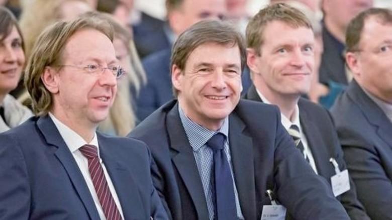 Volles Plenum: Die Zuhörer (Bildmitte: ADK-Hauptgeschäftsführer Dr. Volker Schmidt) verfolgen die Diskussion. Foto: Imo