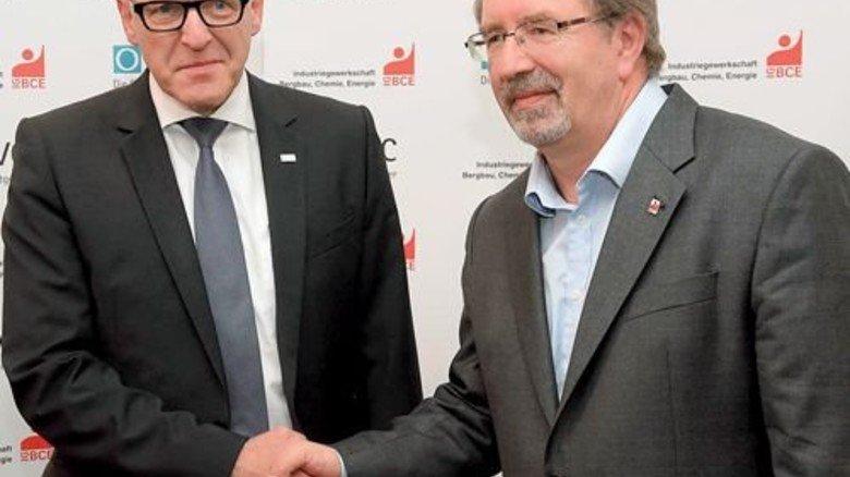 Geschafft: Die Verhandlungsführer Georg Müller (BAVC, links) und Peter Hausmann (IG BCE) haben sich geeinigt. Foto: Sandro