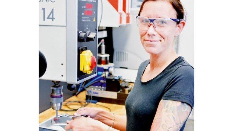 Fit an den Maschinen: Mitarbeiterin Laura Ackermann. Foto: Scheffler