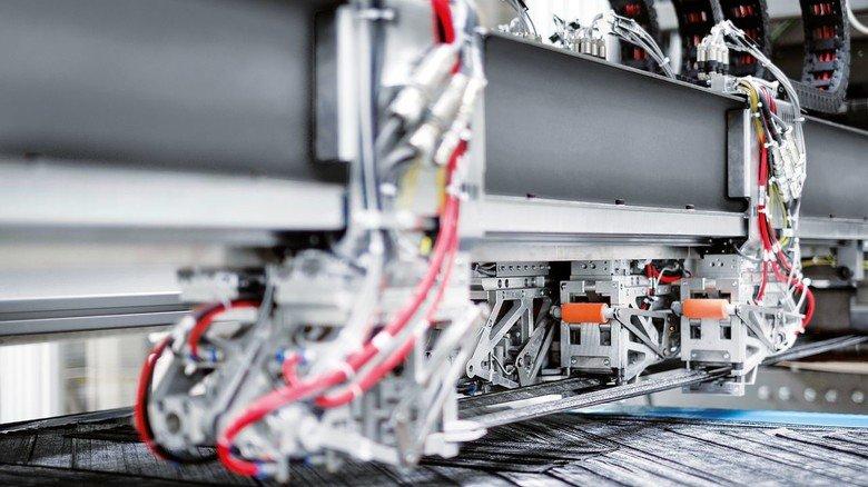 Sauber abgelegt: Der Roving Applicator von Voith Composites platziert die Carbonfaserbänder vollautomatisch nach einem vorgegebenen Muster, sodass am Ende nichts übersteht.