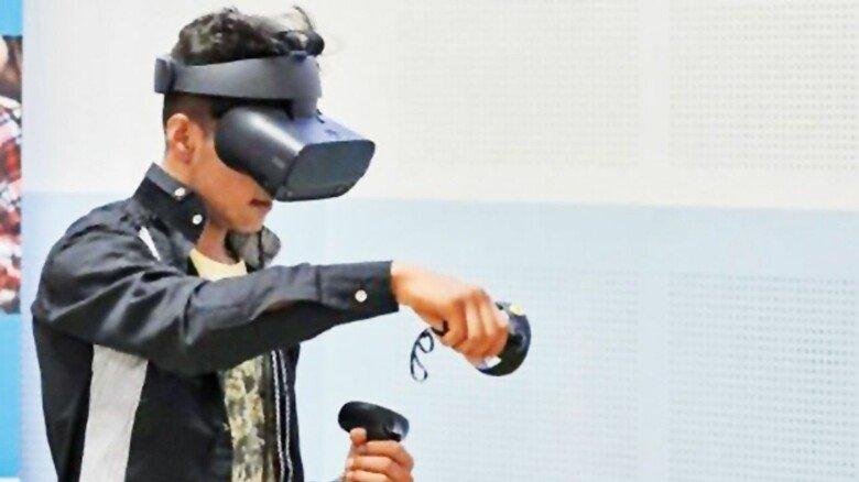Realistisch: Mit Brille und Controllern meistert der Schüler den VR-Parcours.