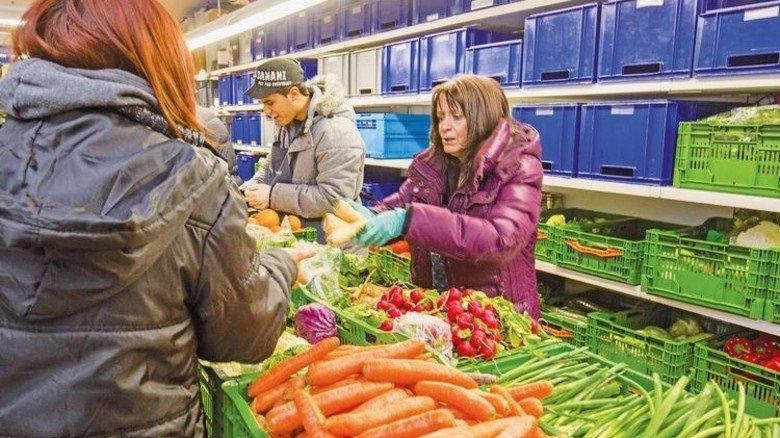 Ausgabe: Weilheimer Tafelmitarbeiter teilen Gemüse an Bedürftige aus. Foto: Bodmer