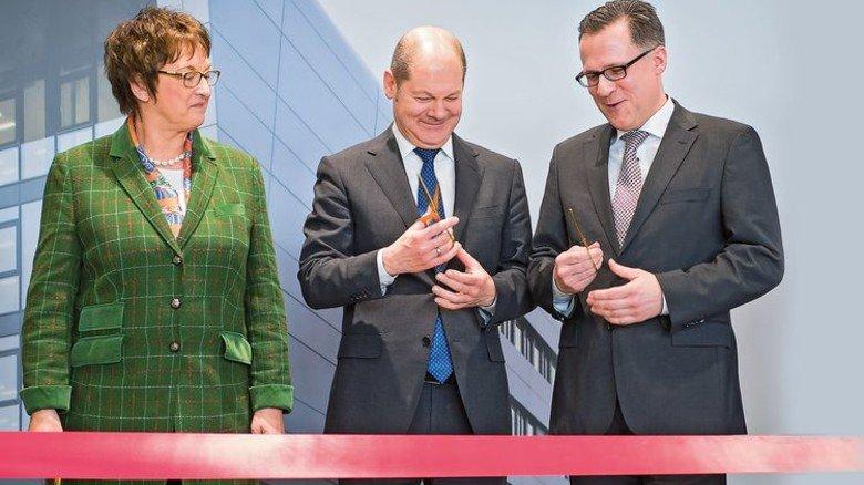 Eröffnung: Hamburgs Bürgermeister Olaf Scholz (Mitte) mit Staatssekretärin Brigitte Zypries und ZAL-Geschäftsführer Roland Gerhards. Foto: dpa