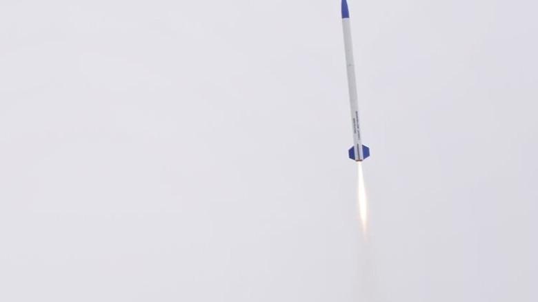Steigflug: Binnen weniger Sekunden hat die Rakete ihre Abwurfhöhe erreicht. Foto: DLR