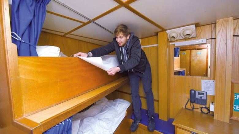 Innenausstattung: Die Crew braucht nicht nur funktionierende Instrumente, sondern auch neue Matratzen. Foto: Augustin