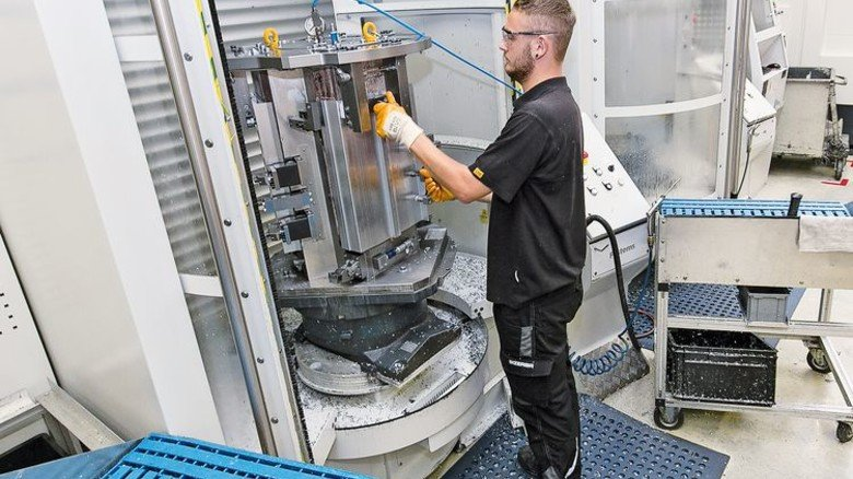 Kontrolle: Mitarbeiter Dominic Bösch an einer Bearbeitungsmaschine. Foto: Mierendorf