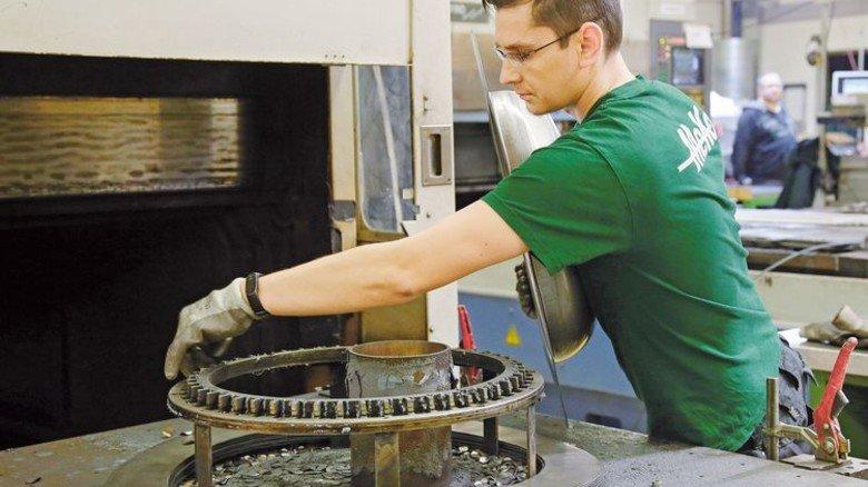 Vorarbeit: Ein Beschäftigter bereitet ein Werkstück für die Produktion vor. Foto: Gossmann