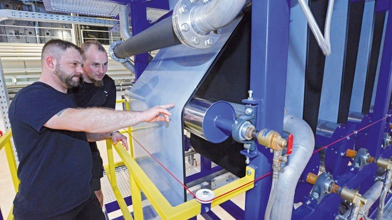 Alles richtig eingestellt? Markus Küchle und Tino Schaller (von links) an der Maschine. Foto: Sturm