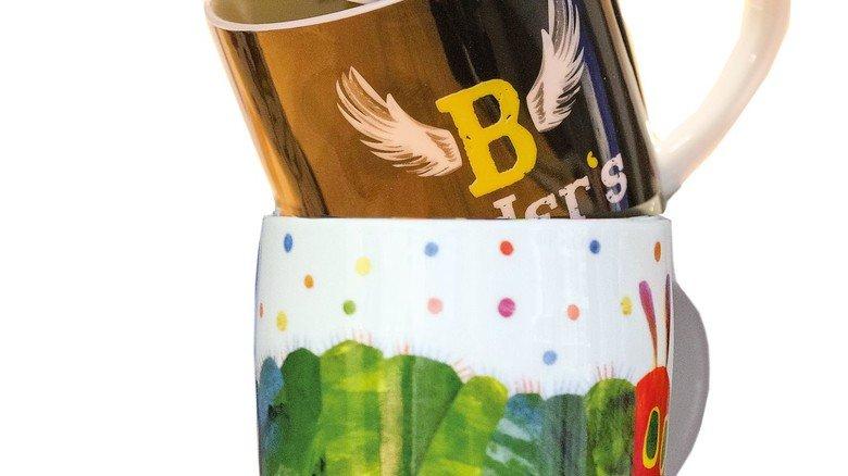 Für den Frühstückstisch: Tassen mit munteren Aufklebern der Frima Geda Labels.