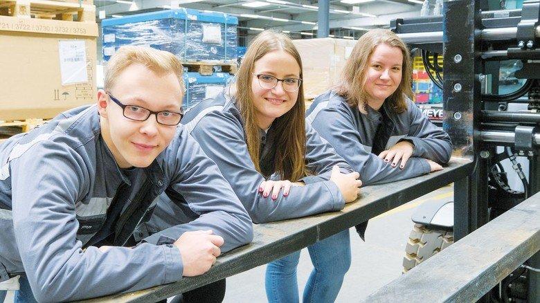 Junge Fachkräfte für Lagerlogistik: Patric Timm und die Zwillinge Sara und Nicole Heise (von links).