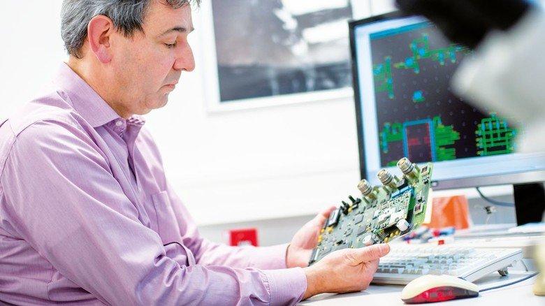 An seinem Arbeitsplatz bei den Deuta Werken: Der Elektrotechnik-Experte leitet eine Abteilung mit 31 Mitarbeitern.